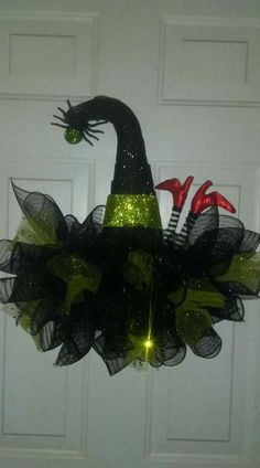 Easy halloween decorations party diy decor ideas witch hat wreath 00006 ~ Home Decoration Inspiration Hallowen Ideas, Easy Halloween Decorations, Halloween Party Decor, Diy Party Decorations, Holidays Halloween, Fall Halloween, Halloween Crafts, Halloween Deco Mesh, Halloween Wreaths