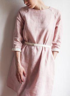 Розовое льняное платье покроя реглан