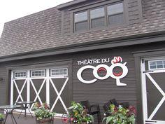 THÉÂTRE DU COQ : Situé au cœur du village de Sainte-Perpétue, ce théâtre à vocation éco-responsable propose des pièces d'été audacieuses et divertissantes, interprétées par de talentueux artistes de la relève.
