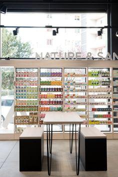 Dans cette grande pharmacie baignée par la lumière, il existe un espace pour se poser, discuter, partager avec les clients. Cafe Design, Store Design, Interior Design, Cool Retail, Architecture 101, Fancy Shop, Retail Shelving, Cosmetic Shop, Pharmacy