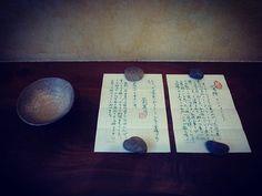 exhibition/ IWATA KEISUKE  at 桃居 〜8日(火)迄 こちらは作家の旧友の小説家、花村萬月氏が銘を付けてくれた茶碗。 萬月さんの書いてくれた緑色のインクの文字が美しい。うん10年来友情の証し。羨ましい。