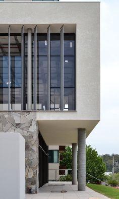 Partec Green | Edifício sustentável em São Leopoldo - RS | Fachada do restaurante com brises metálicos, concreto e pedra