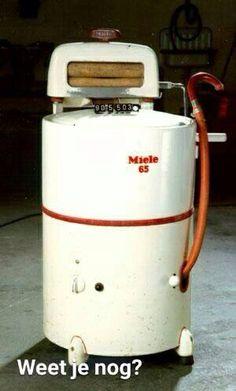 """Wasmachine met wringer. Je moest hem vullen met heet water en weer leeg laten lopen d.m.v. de rode slang en omdat centrifugeren nog niet bestond, was haalde je het wasgoed door de wringer om het water eruit te """"wringen"""""""