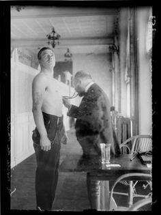 """Guerre 1914-1918. Dix-septième journée de mobilisation à Paris, le 18 août 1914. """"Magic City"""", champ de manoeuvres anglais. La visite de santé. Photographie parue dans le journal """"Excelsior"""" du mercredi 19 août 1914."""
