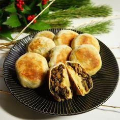 長野県の郷土料理として知られている「おやき」は、薄くのばした小麦粉や蕎麦に餡を入れて焼いたものだ。今川焼きをおやきと呼ぶ地域もあるので混同してしまいがちだが、金属製焼き型を使わないのでちょっと違う。 また具材も野菜・山菜が用いられるのが一般的だ。特に
