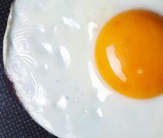 4 verskillende maniere om eiers in 'n mikrogolf gaar te maak Boiled Egg In Microwave, Poached Eggs Microwave, Microwave Baking, Microwave Plate, How To Microwave Eggs, Simply Recipes, Egg Recipes, Simply Food, Drink Recipes