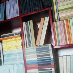 ho trascorso il pomeriggio a riordinare gli scaffali della mia libreria e adesso ho voglia di rileggerli tutti, i miei libri, nelle edizioni di allora