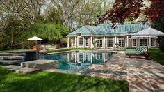 La propiedad posee un amplio jardín con dos piscinas, una cubierta y otra al aire libre