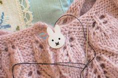 Kender i det med at man mangler en knap, men at det regner? - Og man gider egentlig ikke rigtig trodse vejret pga en enkelt lille knap ? .. I situationen tog jeg en hurtig beslutning om at lave mig et par knapper selv.. Jeg gik i gang med at skitse og designe og endte ud med en lille kanin.. Jeg bes....