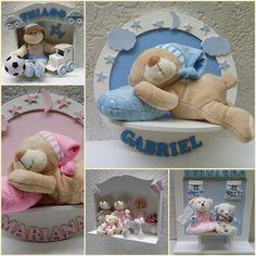 Veja que nestes modelos de enfeite de Porta Maternidade alguns já estão com o nome do bebê, podendo utilizar na decoração um ursinho ou um bonequinho de pano com vestimenta de acordo com o tema, decorados e nome feito em tecido sobre EVA ou também o nome poderá ser feito em MDF pintado no tom do enfeite de Porta Maternidade. Saiba mais em http://www.sonhoselembrancas.com.br/lembrancas/porta-maternidade.php
