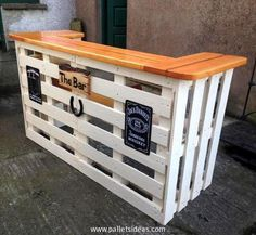 Comment fabriquer un bar en palette et surtout quel modèle choisir? proposes 16 ideas for the production of tapes wood projects projects diy projects for beginners projects ideas projects plans Recycled Pallet Furniture, Wooden Pallet Projects, Recycled Pallets, Wooden Pallets, Repurposed Wood, Bar With Pallets, Table From Pallets, Furniture From Pallets, Pallet Furniture Bar