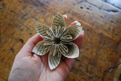 voici un super tuto pour réaliser   de magnifique fleurs en papier     ICI               on vous de jouer maintenant ...