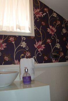 Ideias de decoração de lavabo com papel de parede.  Projeto da designer Fabia Turchetti com papel de parede do Ateliê Revestimentos.