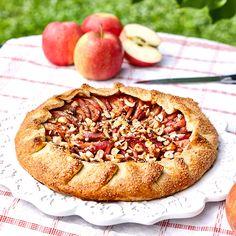 Det finns något bondromantiskt över den ljuvligt öppna äppelpajen med kanel och sirap.