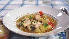 Viktigaste ingrediensen i en riktigt god soppa är buljongen. Vi gjorde vår fisksoppa på lokalt fångad abborre och sik, totalt använde vi fyra kg fisk. Den goda buljongen som eventuellt blir över passar utmärkt som bas i en god fisksås, risotto eller att vända in i en pastarätt. Den lämpar sej också utmärkt att frysa in för senare användning. Risotto, Soup, Ethnic Recipes, Soups