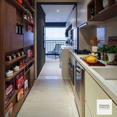 Cozinha e área de serviço integradas : use o mesmo material nos balcões e o mesmo desenho e acabamento nos armários.