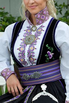 Beltestakk Viking Clothing, Folk Clothing, Scandinavian Embroidery, Culture Clothing, Frozen Costume, Folk Costume, Summer Outfits Women, Ethnic Fashion, Classy Outfits