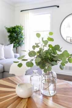 Coffee table decor A few branches of Silver Dollar Eucalyptus add a fresh feeling to the family room& coffee table Retro Home Decor, Living Room Green, Greenery Decor, Kitchen Table Decor, Guest Bedroom Design, Table Decorations, Decorating Coffee Tables, Living Decor, Green Coffee Tables