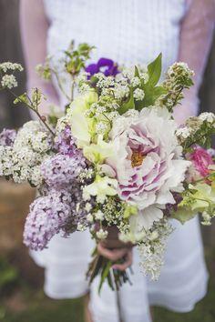 bouquet de mariée à base de pivoine, clématite, pois de senteur, lilas, spirée, renoncules, rose Pierre Arditi et Amni Majus
