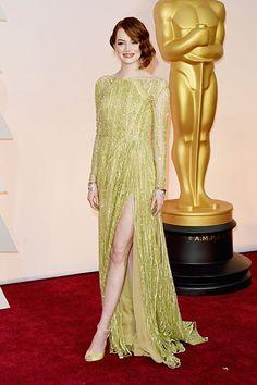 Emma Stone strahlte in einem gelben Kleid von Elie Saab auf dem roten Teppich der Oscars 2015. http://www.red-carpet.de/fashion-beauty/oscars-2015-cumberbatch-tatum-stars-auf-rotem-teppich-bilder-201549565