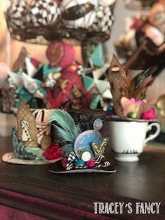 DIY Whimsical Top Hats - Alice in Wonderland Style - Tracey's Fancy Diy Christmas Tree Topper, Diy Tree Topper, Whimsical Christmas Trees, Christmas Diy, Top Hat Centerpieces, Christmas Centerpieces, Christmas Decorations, Table Decorations, Diy Crafts For Home Decor