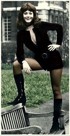 20 Colorized Vintage Photos of Beauties with Their Boots That Defined the '60s Women Fashion