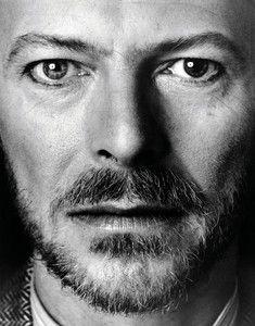 """""""Ce jour là, Bowie a voulu mettre le CD de la musique du film """"Furyo"""" (dans lequel il avait joué) composée par Ryuichi Sakamoto et le Yellow Magic Orchestra"""", se souvient Monsieur Sukita. """"Il était très concentré, presque immobile, et à un moment donné son regard a semblé très emu, il avait les larmes aux yeux. C'est vrai ..."""