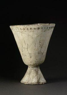 Calice égyptisant à décor de lotus  XIVe - XIIIe siècles avant J.-C.  Minet el Beida, port d'Ougarit Fritte de quartz à glaçure polychrome H. : 22,50 cm. ; D. : 16,40 cm.