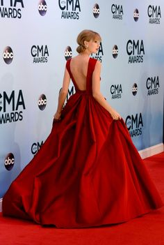 Taylor Swift Has Huge Star Support For Her CMA Pinnacle Award : Taylor Swift Is the Belle of the CMAs Ball: Taylor Swift showed off the back of her gown. Taylor Swift Hot, Taylor Swift Party, Red Ball Gowns, Ball Dresses, Prom Dresses, Club Dresses, Formal Dresses, Lord N Taylor, Trends