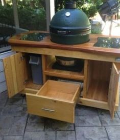 Love having backyard parties? You will surely like this DIY barbecue grill table! Barbecue parties are fun but they are a lot more enjoyable when you are cookin Big Green Egg Grill, Big Green Egg Outdoor Kitchen, Big Green Egg Table, Green Eggs, Woodworking Table Plans, Woodworking Clamps, Woodworking Projects, Grill Table, Grill Cart