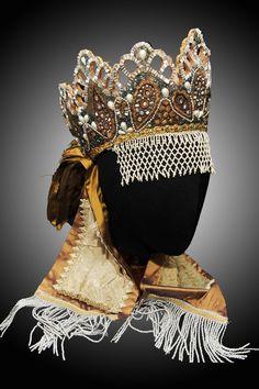 Венец (коруна) - праздничный девичий или свадебный головной убор, известный на Руси с XVI века
