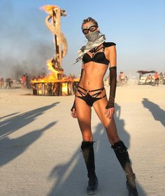 Burning Man is an annual music and arts festival that takes place at the end of August in the Nevada desert, where attendees - called burners - dress up in elaborate outfits to party for a week before burning the temporary city to the ground Festival Gear, Festival Looks, Festival Fashion, New Look Fashion, Weird Fashion, Mad Max, Fallout, Burning Man Girls, Post Apocalyptic Costume