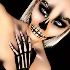 Really Cool Skeleton Makeup Ideas to Wear This Halloween ★ See more: glaminati. ideas Really Cool Skeleton Makeup Ideas to Wear This Halloween ★ See more: glaminati Halloween Makeup Looks, Diy Halloween, Halloween Makeup Glitter, Bricolage Halloween, Halloween Skeleton Makeup, Beautiful Halloween Makeup, Pretty Skeleton Makeup, Halloween Costume Makeup, Halloween Inspo