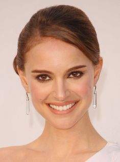 Natalie Portman: A naturally stunning beauty who is a definite green celeb! Nathalie Portman, Famous Women, Jordan, Wedding Makeup, Wedding Beauty, Bridal Makeup, Marie, Wedding Hairstyles, Makeup Looks