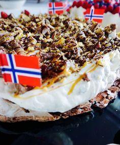 Pavlova med Smash-sjokolade og salt karamell? Det blir ikke bedre enn dette :-) Norwegian Food, Norwegian Recipes, Cake Recipes, Dessert Recipes, Pudding Desserts, Cake Board, Baking Cupcakes, Snacks, Sweet Cakes
