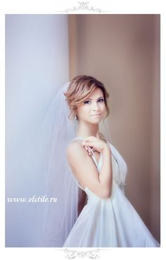 Wedding hairstyle with loose updo, veil & neutral make-up.