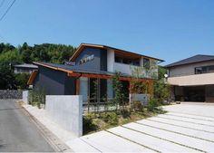 西面外観。1階と2階の部分により、リズムあるボリューム構成になっています。 専門家:が手掛けた、シャープな外観-2(『伊左地の家』緑・光・風を感じる長期優良住宅)の詳細ページ。新築戸建、リフォーム、リノベーションの事例多数、SUVACO(スバコ)