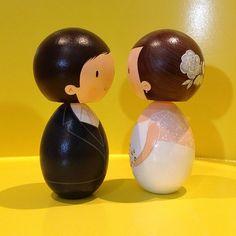 Detalhes!!! Noivinhos Luciana e Alexandre! Topo de bolo by nanda teixeira #nandarte #noivinhos #nandateixeira #noivinhosdemadeira #noivinhosdiferentes #vintage | por nanda.casamento