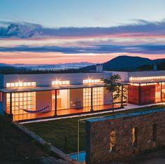 """""""Foi a partir de materiais tradicionais da região que esta casa de fazenda foi erguida na Serra da Mantiqueira, em Minas Gerais. Simplicidade e conforto são a essência do projeto, assinado pelo escritório de Marcelo Ferraz."""""""