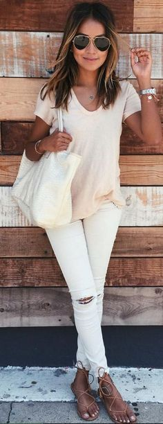 Take a look at 14 stylish spring outfits with white jeans in the photos below and get ideas for your own amazing outfits! White jeans, chambray shirt and brown accessories Amazing Outfits Image source Mode Ab 50, Mode Jeans, Moda Chic, Mode Outfits, Girl Outfits, 30 Outfits, Best Summer Outfits, Sexy Casual Outfits, Dress Outfits