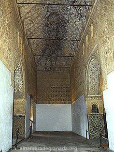 Información y fotos de la Sala de los Ajimeces de la Alhambra. La Sala de los Ajimeces se llama así por los balcones gemelos de su pared norte que asoma al jardín. Esta sala comunica la Sala de Dos Hermanas con el Mirador de Daraxa.