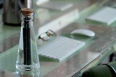 BU Water, 2015 El filtro, siguiendo métodos tradicionales japoneses, está hecho de bambú, y es sometido a un proceso de carbonización. Mediante este proceso se abren millones de pequeños poros en la estructura del bambú, creando así una enorme superficie de carbón activado con infinidad de puntos de unión. Los productos químicos del agua son atraídos por estos puntos y quedan atrapados en ellos. De este modo, sustancias como el cloro o incluso los malos olores son absorbidos por el filtro…