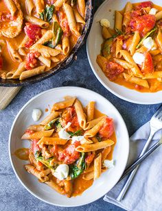 The flavors of classic tomato caprese in a creamy and cheesy pasta dish Pasta is cooked in tomatoes, garlic, fresh basil and balsamic vinegar for infused flavor. Fresh mozzarella and cream make this Italian comfort dish extra creamy. Tomato Caprese, Caprese Pasta, Bacon Dishes, Pasta Dishes, Pasta Recipes, Cooking Recipes, Pasta Meals, Skillet Recipes, Marinara Recipe