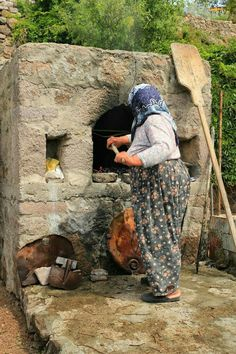 Baking bread to feed hundreds for the double circumcision celebrations of Ayşe . - Baking bread to feed hundreds for the double circumcision celebrations of Ayşe Hanım's grandson - Cultures Du Monde, World Cultures, Bread Oven, Bread Baking, People Around The World, Around The Worlds, Turkey Culture, Foto Glamour, Turkish People
