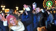 Besucher der Silvesterparty am Brandenburger Tor (Bild: dpa, 31.12.2012)