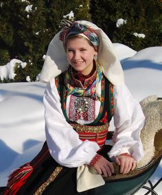 Øst Telemark Damebunad - Husflidsbutikken i Ski, A.Larsen husflid as Folk Costume, Costumes, Ethnic Fashion, Traditional Outfits, Vintage Photos, Norway, Bridal Dresses, Skiing, Scandinavian