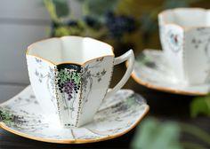 シェリーの数ある作品の中でも中でも一際、高い人気を誇る 「クイーンアンシェイプ」の作品です。   シェリー/Shelley クイーンアン/Queen Anne 葡萄と蔓/Grape&Vine No.11574 デミタスカップ&ソーサー