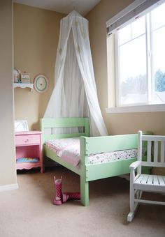 cute little girly bed, i really like the color.