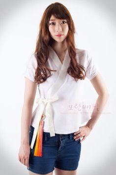 Shirt inspired by hanbok - I also love the norigae (tassel) Korean Traditional Dress, Traditional Dresses, Korean Dress, Korean Outfits, Asian Fashion, Girl Fashion, Fashion Outfits, Modern Hanbok, Ethnic Looks