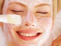 Un' alternativa genuina per la nostra pelle, utilizzando ingredienti naturali al posto dei prodotti che usiamo solitamente. Se avete un po di tempo è anche rilassante prepararli in casa. Vi descrivo ora alcuni accorgimenti semplici e molto utili.Le maschere suggerite vanno preparate al momento dell'utilizzo e non conservate eventuali avanzi
